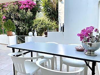 Genieten in de schaduw op een van de terrassen van Crete Joy Crete Joy Georgioupolis